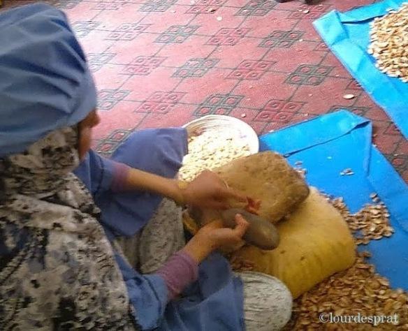 Mujer trabajando el Argán